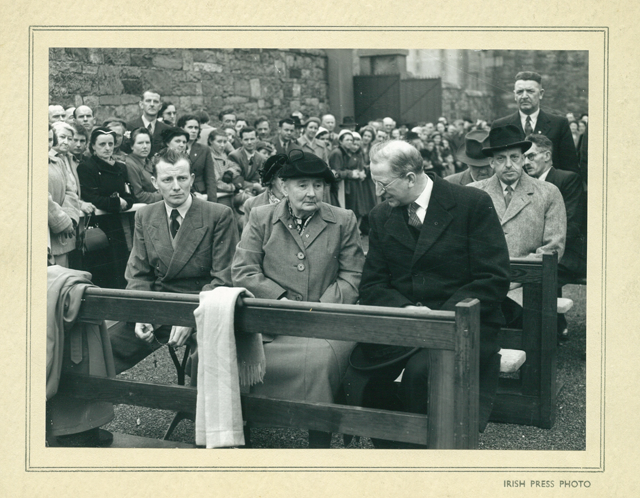 Margaret Pearse and Éamon de Valera at Arbour Hill, Dublin. (Courtesy of PMSTE/OPW)